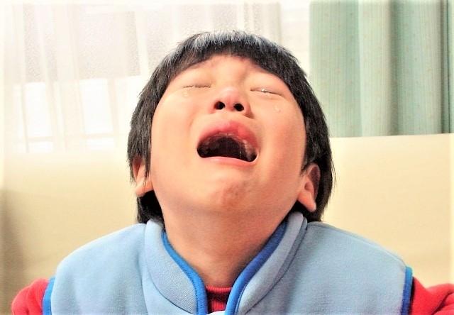 泣いている小学生の男の子