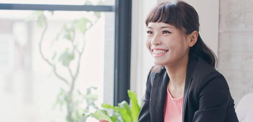 面接で笑顔の女性