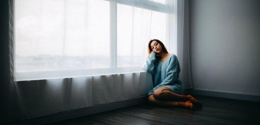 窓辺の女性