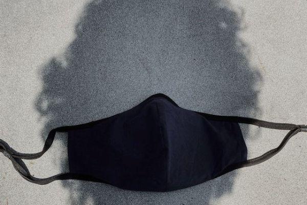 マスクの男性の影