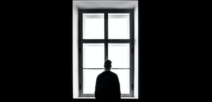 窓辺の男性