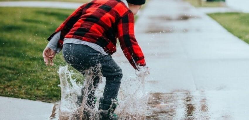 水たまりと子供